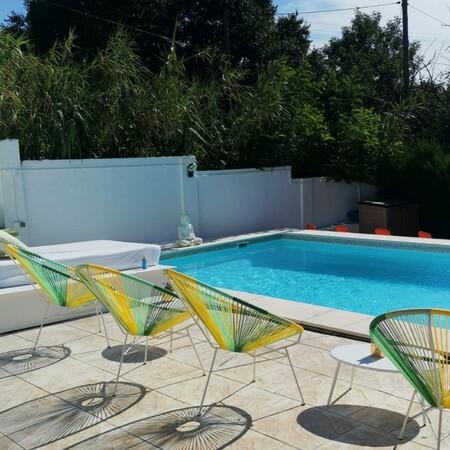 Jardín con piscina de alquiler