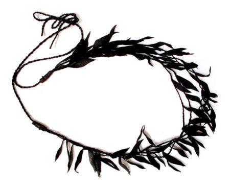 Un collar de hojas para un look diferente