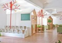 Mini casitas y árboles artificiales son los protagonistas en este jardín café