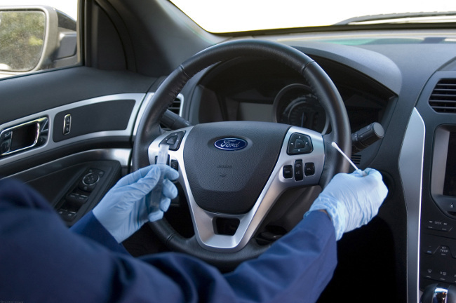Toma de muestras bacterianas en un coche