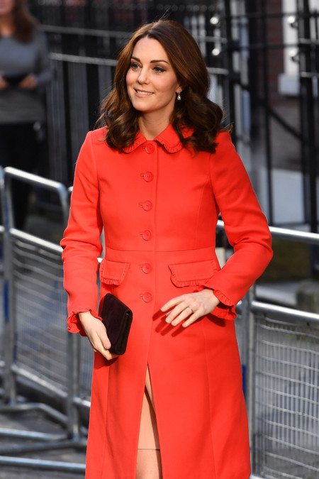 Kate Middleton levanta pasiones con su abrigo de color rojo (y por fin se le intuye el embarazo)