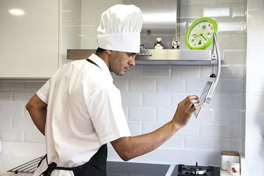 15 accesorios para poder utilizar tus gadgets mientras cocinas