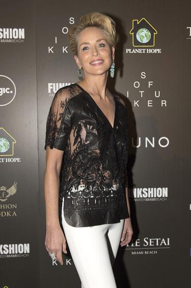 Sharon Stone arropa a su hermana Kelly en la entrega de premios Legacy Award of Excelence