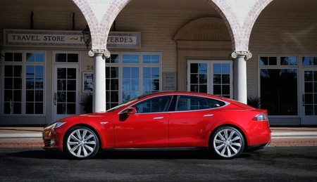 Tesla Model S rojo lateral