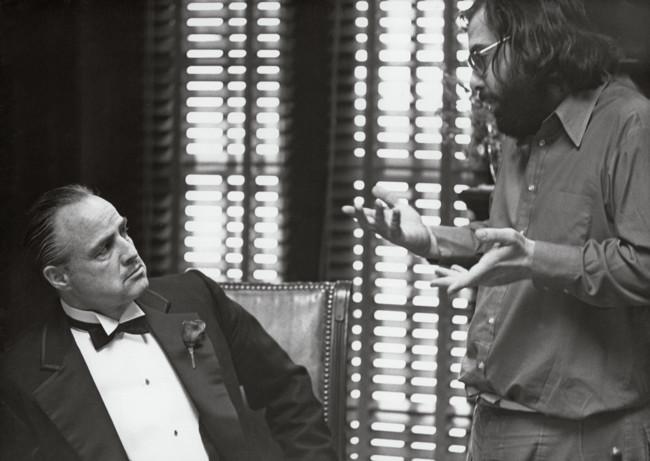 Brando escucha a Coppola en el set de El Padrino