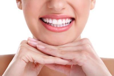Una dentadura blanca con sencillos trucos caseros