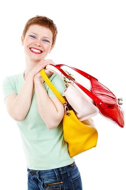 Mujer de pelo corto con tres bolsos.