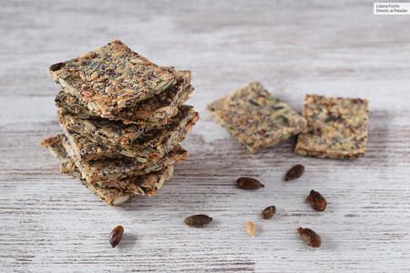 Crackers o galletas crujientes de semillas y avena: receta de picoteo saludable y saciante sin harinas