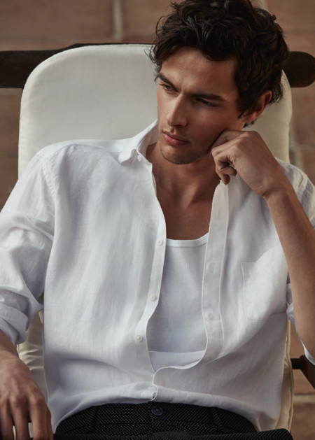 Reiss trae de regreso el uso de la playera interior en su lookbook de SS2016
