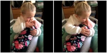 """""""No te dejare ir nunca más"""": el vídeo viral más tierno de una niña de tres años al conocer a su hermana recién nacida"""
