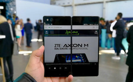 Axon M, primeras impresiones: así es el smartphone plegable de doble pantalla de ZTE