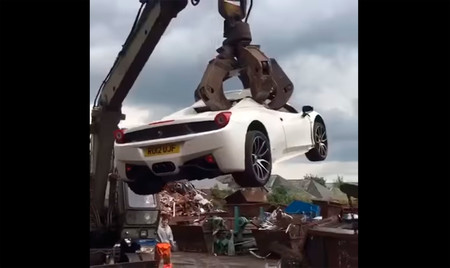 El misterioso caso del Ferrari 458 Spider destrozado por la policía británica