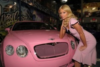 Paris Hilton y su flamante Bentley Continental GT rosa-tuning