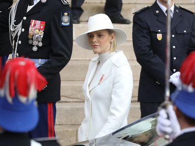 Charlene de Mónaco capta todo el protagonismo sobre el resto de la familia real con su perfecto look en blanco en la celebración del Día Nacional