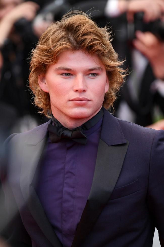 Jordan Barrett enfundado en ultravioleta para la alfombra roja de 'Blackkklansman' en Cannes