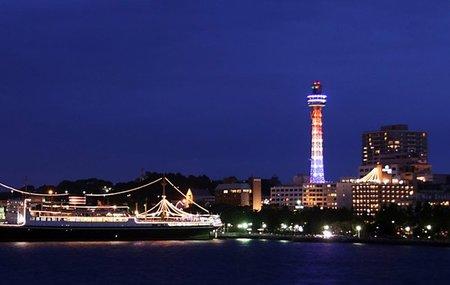 El Nissan Leaf ilumina una torre en Yokohama
