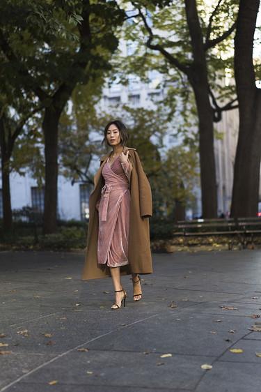 Si no tienes este vestido de terciopelo rosa seguro que en poco tiempo lo tendrás ¿Por qué?