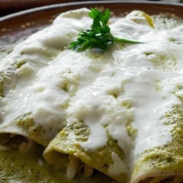 Enchiladas verdes tradicionales. Receta fácil de la cocina mexicana para el desayuno