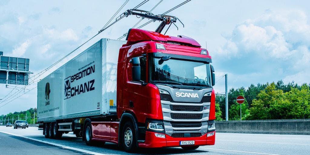 Alemania abre su primera carretera eléctrica para cargar las baterías de los camiones híbridos mientras están circulando