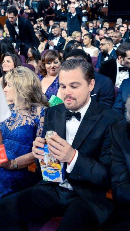 DiCaprio se come sus galletas