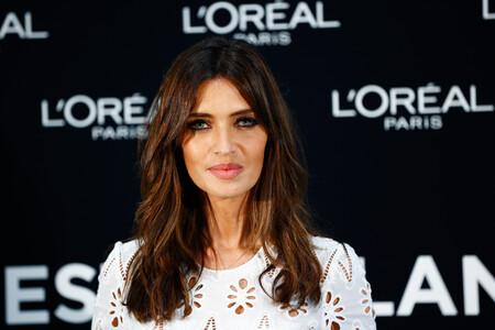 """Sara Carbonero, guapísima con un vestido blanco en la inauguración de la Exposición de Moda Sostenible """"Porque nuestro Planeta lo Vale"""""""