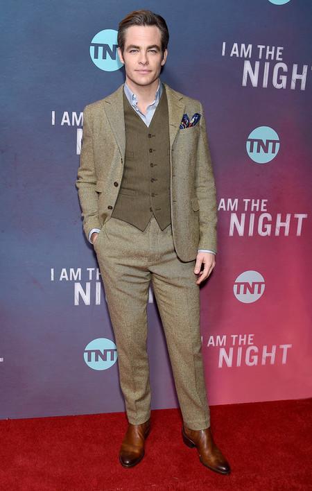 Chris Pine Juega Con Las Texturas Y Colores De Tu Look Para La Premire De I Am The Night 3