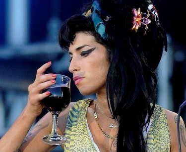 Amy Winehouse rompe con su marido y al hospital