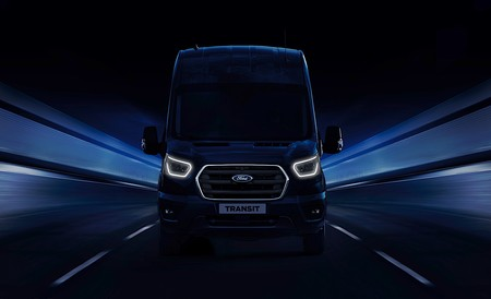 """La Ford Transit estrenará dos variantes híbridas: una """"mild-hybrid"""" y otra enchufable"""