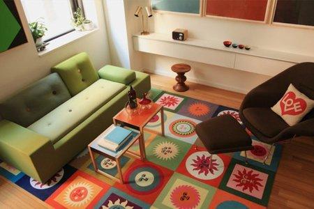 Puertas abiertas: un piso retro lleno de color