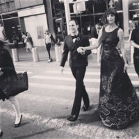 Una radiante Katie Holmes baila al ritmo de Zac Posen en la Gala del Met 2015
