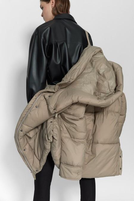 Este invierno aprovéchate de las rebajas 2020 y hazte con un abrigo acolchado Sorona Dupont de Zara