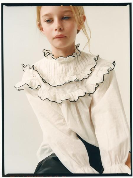 La nueva camisa blanca para niño y niña de Zara no es nada básica y se lleva con vaqueros