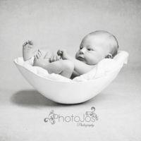 Las fotos de recién nacidos que causan furor: con los bebés en el molde de la barriga de su madre embarazada