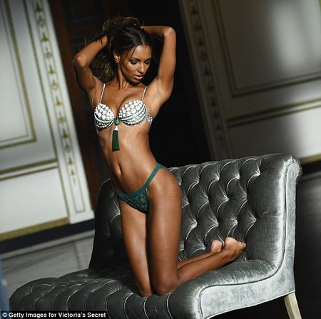 39bea82700000578 3875362 Perfect Fit Jasmine Told Daily Mail Online That The Bra Weighs N A 3 1477513720707