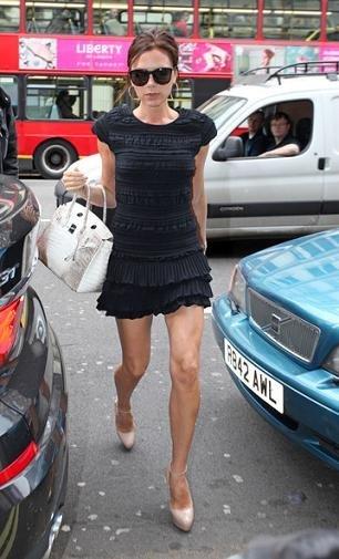 El estilo de Victoria Beckham en primavera: todo al negro, entre el vestido y el pantalón