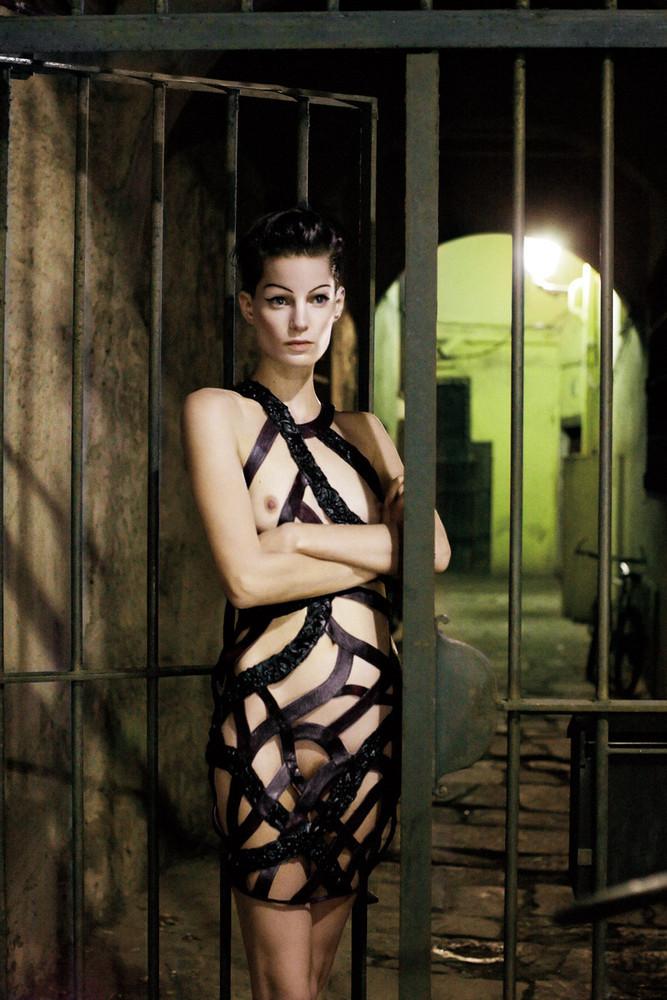 ¿Barcelona fomenta el desnudo en público? Una vergüenza de editorial con Iris Strubegger desnuda