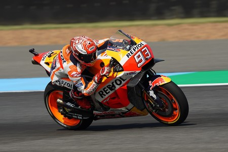 Marc Márquez doblega a Andrea Dovizioso en un duelo para el recuerdo en el primer GP de Tailandia de MotoGP