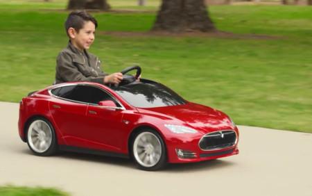 ¡Quién pudiera volver a ser niño para tener este Tesla Model S de juguete!