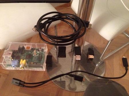 La Raspberry Pi y los cables utilizados, hasta que lleguen los nuevos