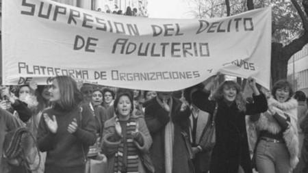 Ni universitarias ni independientes: un repaso a todo lo que no podían hacer las mujeres en el pasado