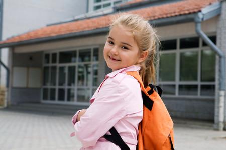 Lo que debes saber antes de compartir la foto del primer día de clase de tu hijo