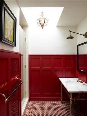 El rojo y el blanco en un baño.