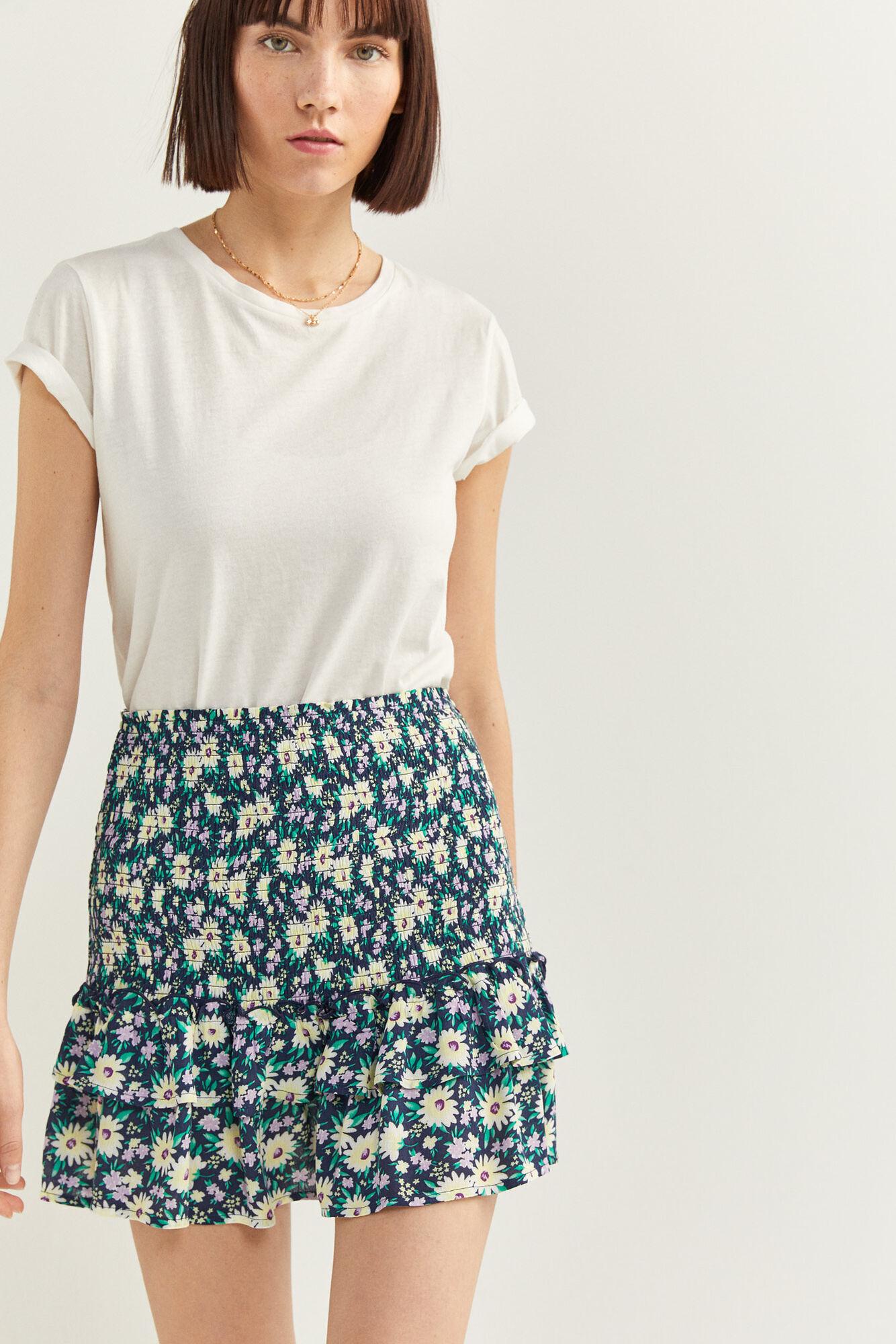 Falda corta, con goma en la cintura y detalle de volantes en el bajo con estampado de margaritas en varios tonos.