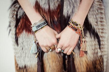 Estas son las pulseras de algodón de Dior que cuestan 195 euros y están agotadas en medio mundo