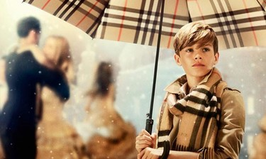 Burberry nos acerca a la navidad con su campaña protagonizada por Romeo Beckham