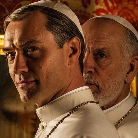 Jude Law luce slip blanco para grabar la nueva temporada de El Joven Papa