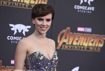 Si quieres lucir sombras moradas y fucsias de una forma impresionante, toma nota de Scarlett Johansson