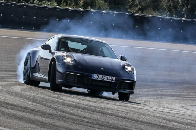 Así luce la octava generación del Porsche 911 durante su fase de pruebas, aún ligeramente camuflado