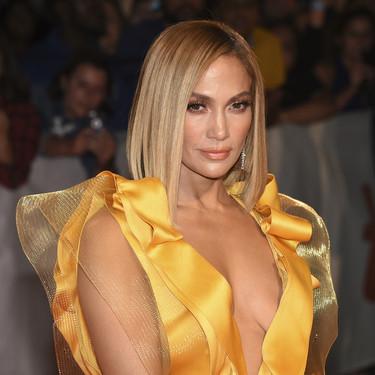 Jennifer Lopez se enfunda en un vestido de tiras amarillas realmente complicado durante el Festival de Toronto 2019