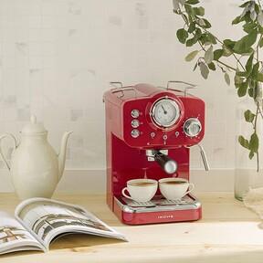 Esta cafetera express Ikohs es tan bonita y retro como una Smeg pero mucho más económica (porque está rebajadísima hoy en Amazon)